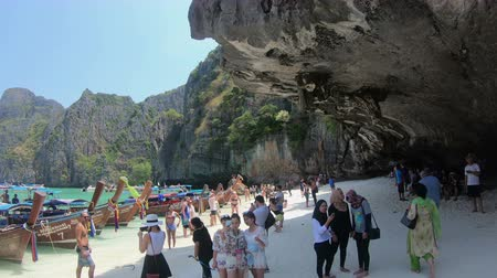 maya : Krabi, Thailand - March 28, 2018 : Maya bay Phi Phi Leh island. Tourists from all over the world come to this famous beach Stok Video