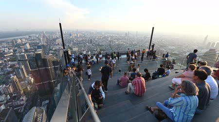 felhőkarcoló : Bangkok, Thailand - November 21, 2018 : Time lapse of people with 360 degree panoramic views on 78th floor at King Power Mahanakhon building rooftop Stock mozgókép