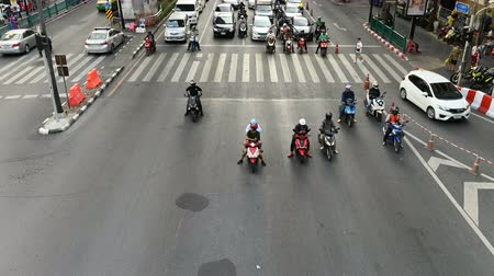 errado : Bangkok, Thailand - November 23, 2018 : Time lapse view of Motorcycles, scooters and mopeds traffic at busy intersection in Bangkok Stock Footage