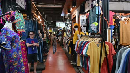 иностранец : Bangkok, Thailand - December 22, 2018 : People and foreigner travelers walking at Chatuchak weekend market in Bangkok