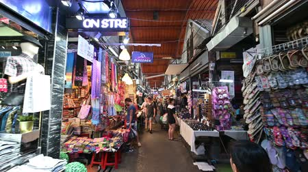 иностранец : Bangkok, Thailand - December 22, 2018 : Thai people and foreigner travelers walking shopping and visit local shop at Chatuchak weekend market