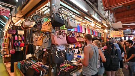 иностранец : Bangkok, Thailand - December 22, 2018 : Crowds of Thai and foreign shoppers enjoy hanging out at Chatuchak weekend market in Bangkok