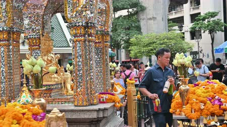 saygı : Bangkok, Thailand - November 23, 2018 : People pray and pay homage to Phra Phrom at the famous Erawan Shrine