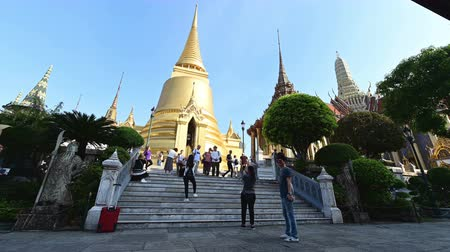 kaew : Bangkok, Thailand - December 25, 2018 : Time lapse of Wat Phra Kaew also known as the Temple of the Emerald Buddha at the Grand Palace in Bangkok Stock Footage