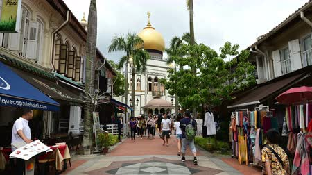 mesquita : Singapore, Singapore - January 30, 2019 : Hyper lapse of Bussorah Street lined with old shop houses and Masjid Sultan