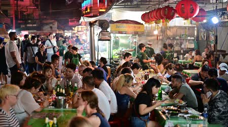 Çin mahallesi : Bangkok, Thailand - June 9, 2019 : People dining and bustling around Chinatown of Bangkok