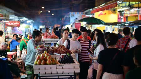 comerciante : Bangkok, Thailand - June 9, 2019 : People dining and bustling around Chinatown of Bangkok