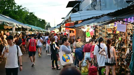 Bangkok, Thailand - June 9, 2019 : Crowds of Thai and foreign shoppers enjoy hanging out at Chatuchak weekend market Vídeos