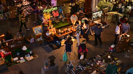 hátizsákkal : Bangkok, Thailand - June 9, 2019 : Crowds of Thai and foreign shoppers enjoy hanging out at Chatuchak night market Stock mozgókép