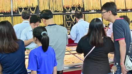 браслет : Bangkok, Thailand - September 21, 2019 : Crowd of people buy jewelry at a jewelry gold store in Chinatown, Yaowarat