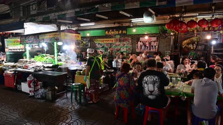 Bangkok, Thailand - December 11, 2019 : People dining and bustling around street food at Chinatown of Bangkok Vídeos
