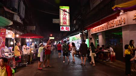 Bangkok, Thailand - December 11, 2019 : Street food at Yaowarat road Chinatown, Bangkok Vídeos