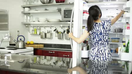 frigorífico : Asian girl in her 30s in her modern kitchen