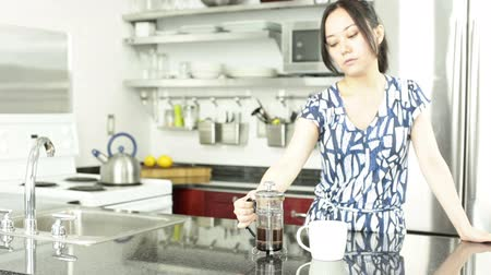 konyhai : Asian girl in her 30s in her modern kitchen