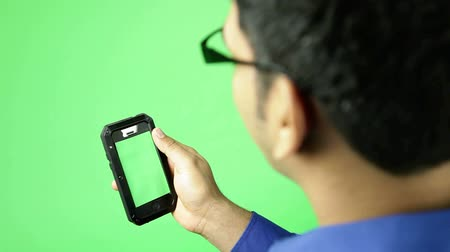 czytanie : holding a cell phone isolated on green screen