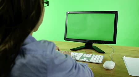 empresária : business woman in front of a computer isolated on green screen Stock Footage