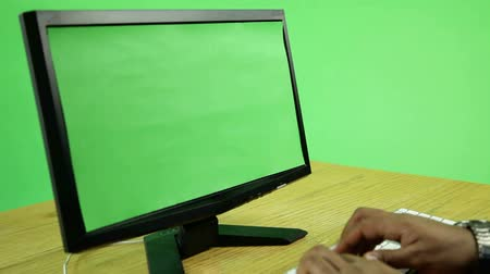 ekran : business man in front of a computer isolated on green screen