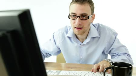 insan parmak : business man in front of a computer isolated on a white background