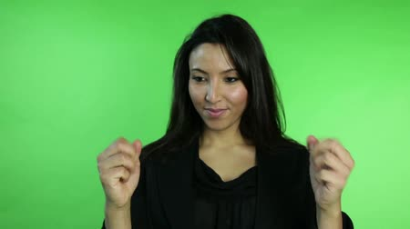 ekran : business woman isolated on green screen fingers crossed