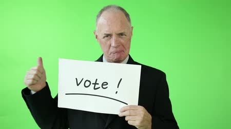 ekran : Senior caucasian business man green screen with vote sign