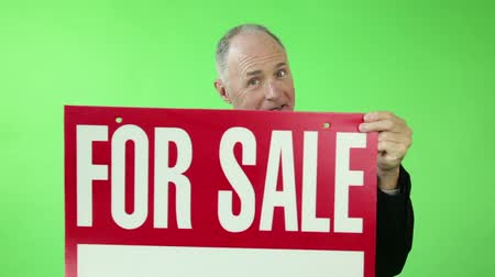 értékesítés : Senior caucasian business man green screen happy with for sale sign Stock mozgókép