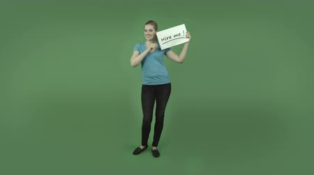 bezrobotny : attractive caucasian casual youg adult blond girl isolated on green-screen, chroma green background with hire me sign