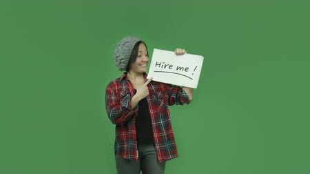 bezrobotny : attractive caucasian girl isolated on chroma green screen