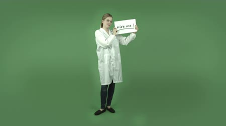 bezrobotny : attractive caucasian girl wearing a lab coat isolated on chroma green background