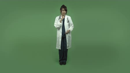 тайна : indian female doctor isolated on greenscreen chroma green background