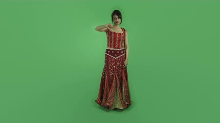 традиционный : woman in traditional indian outfit isolated on greenscreen chroma green background Стоковые видеозаписи