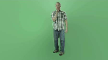 insan parmak : Senior caucasian man isolated on a green screen Stok Video