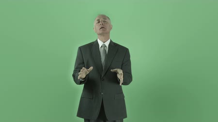 caucasiano : Senior caucasian man isolated on a green screen Vídeos