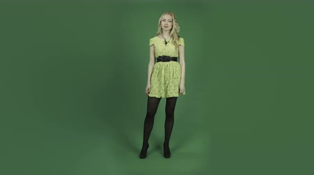 caucasiano : caucasian woman isolated on chroma green screen background