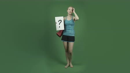 em pé : caucasian woman in sport outfit isolated on chroma green screen background
