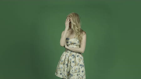 em pé : caucasian woman isolated on chroma green screen background