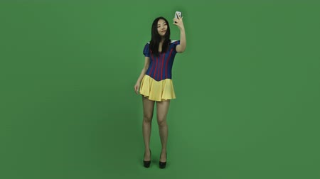 kostüm : Attractive asian girl in her 20s isolated on a greenscreen chroma green background Stok Video
