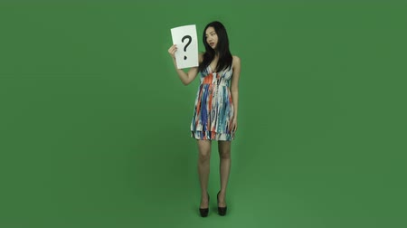 kérdőjel : Attractive asian girl in her 20s isolated on a greenscreen chroma green background Stock mozgókép