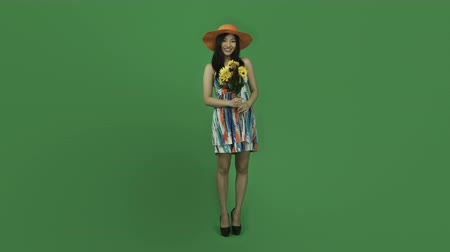 somente para adultos : Attractive asian girl in her 20s isolated on a greenscreen chroma green background Stock Footage