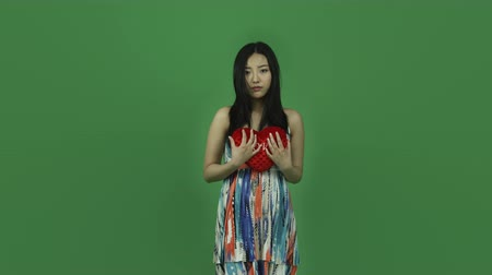odzież : Attractive asian girl in her 20s isolated on a greenscreen chroma green background Wideo