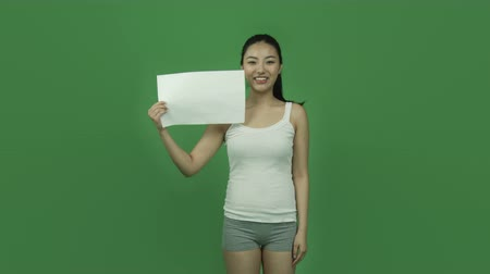 седые волосы : Attractive asian girl in her 20s isolated on a greenscreen chroma green background Стоковые видеозаписи