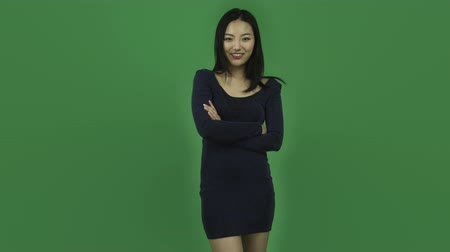 дама : Attractive asian girl in her 20s isolated on a greenscreen chroma green background Стоковые видеозаписи