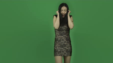 gritar : Attractive asian girl in her 20s isolated on a greenscreen chroma green background Vídeos