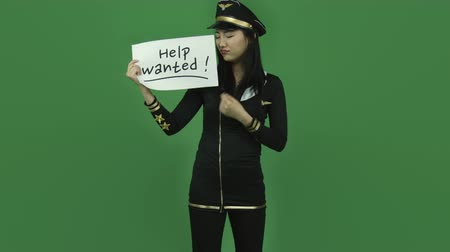 segít : Attractive asian girl in her 20s isolated on a greenscreen chroma green background Stock mozgókép