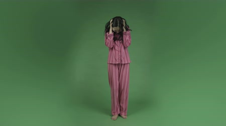 gritar : young asian adult woman in pajamas isolated on green-screen background