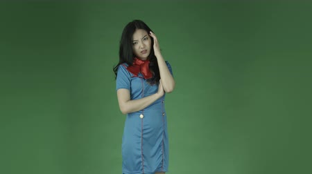 gondolkodás : air hostess young asian adult woman isolated on green-screen background Stock mozgókép