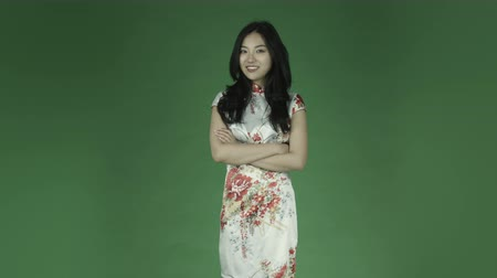 ekran : young asian adult woman isolated on green-screen background traditional chinese dress