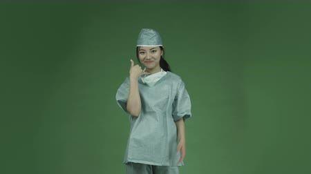cirurgião : young asian adult woman doctor surgeon isolated on green-screen background