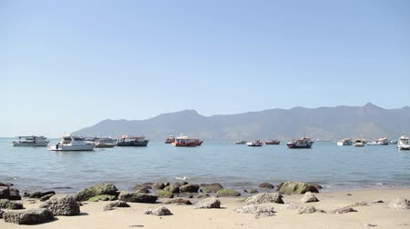 brazília : Several Boats on the beach in Ilha Bela, Sao Paulo, Brazil