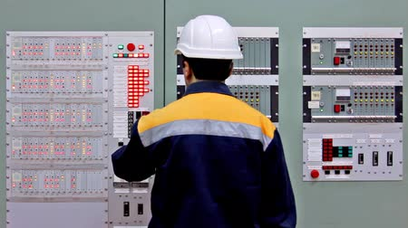 zkontrolovat : engineer comes to checking light indication on two control panels and leaves
