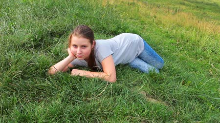 tizenéves lányok : young girl has rest on really green grass in mountains